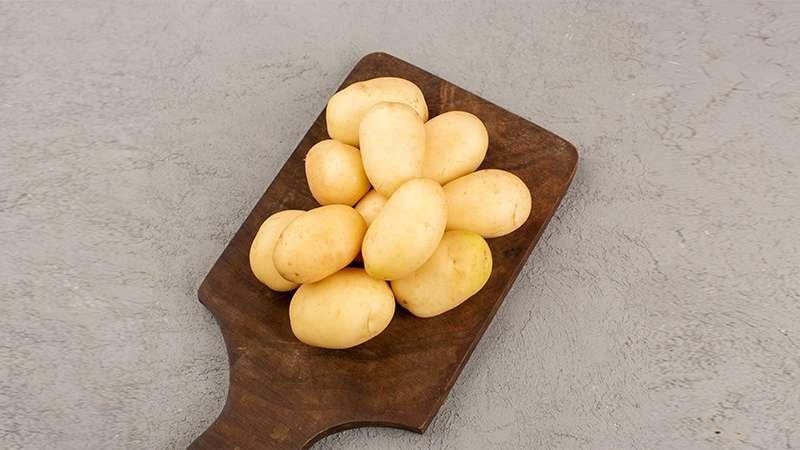 làm mất quầng thâm mắt bằng khoai tây